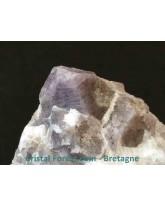Spinelle mauve brute sur quartz