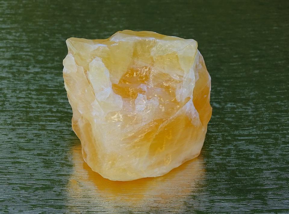 La pierre calcite orange pour vaincre la timidité.